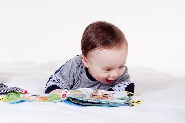 הילד לומד להצביע על ציורים בספר