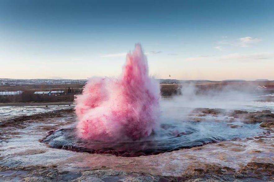 גייזר ורוד באיסלנד