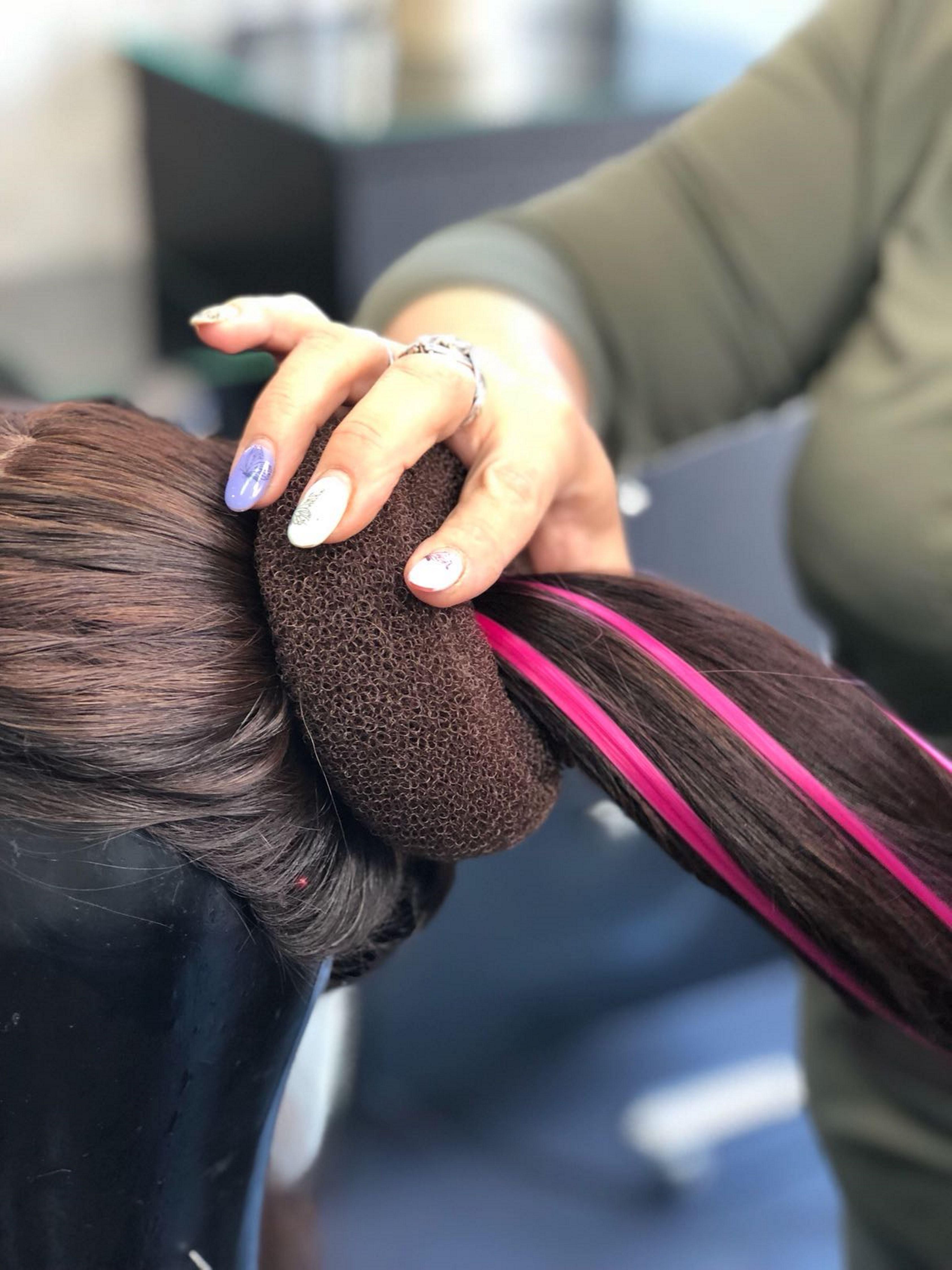 3. משחילים את השיער דרך ספוג עבודה עגול