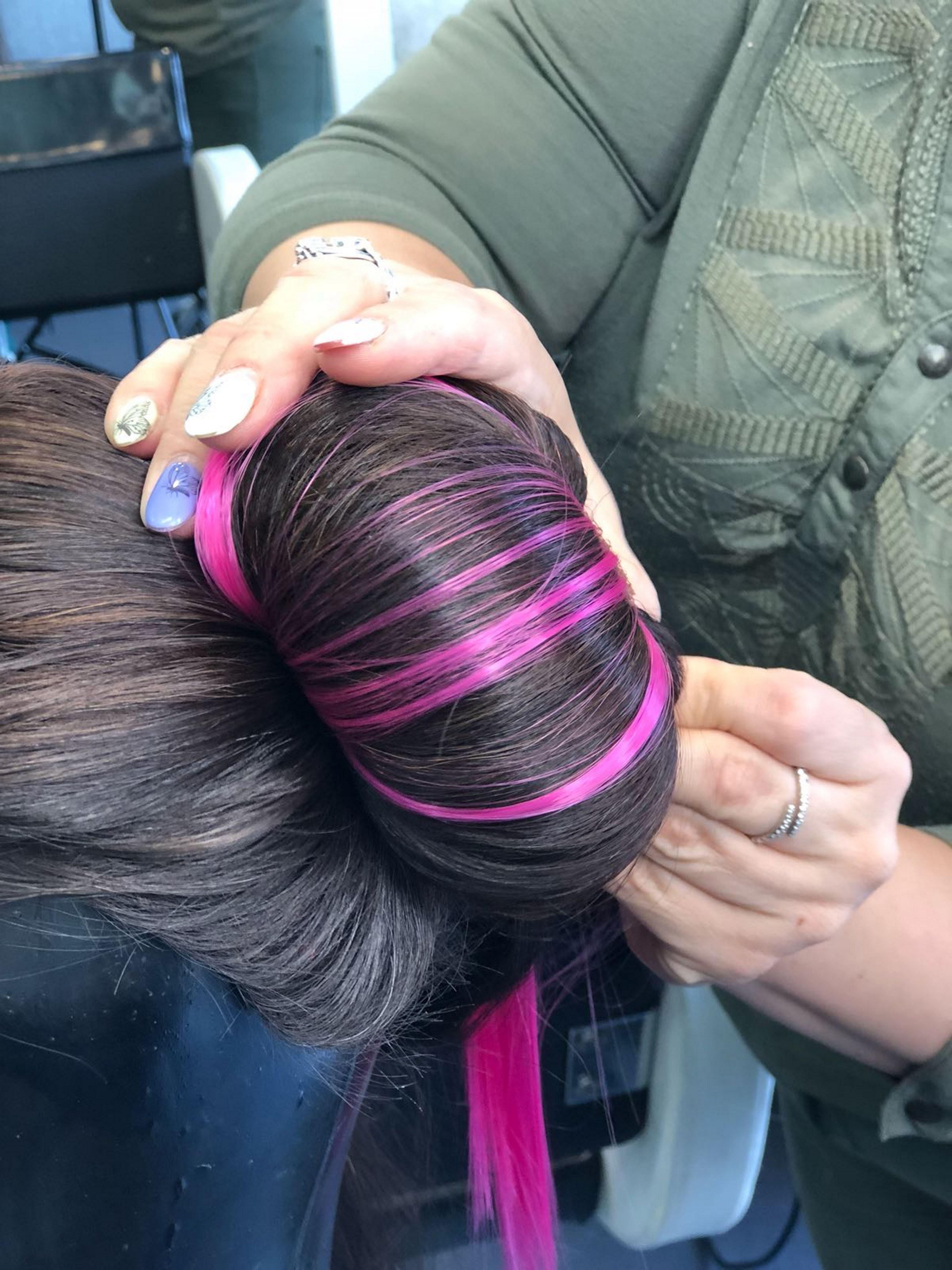 4. מלפפים את השיער מסביב לספוג ומחזקים עם מספר סיכות סבתא בחלקו התחתון