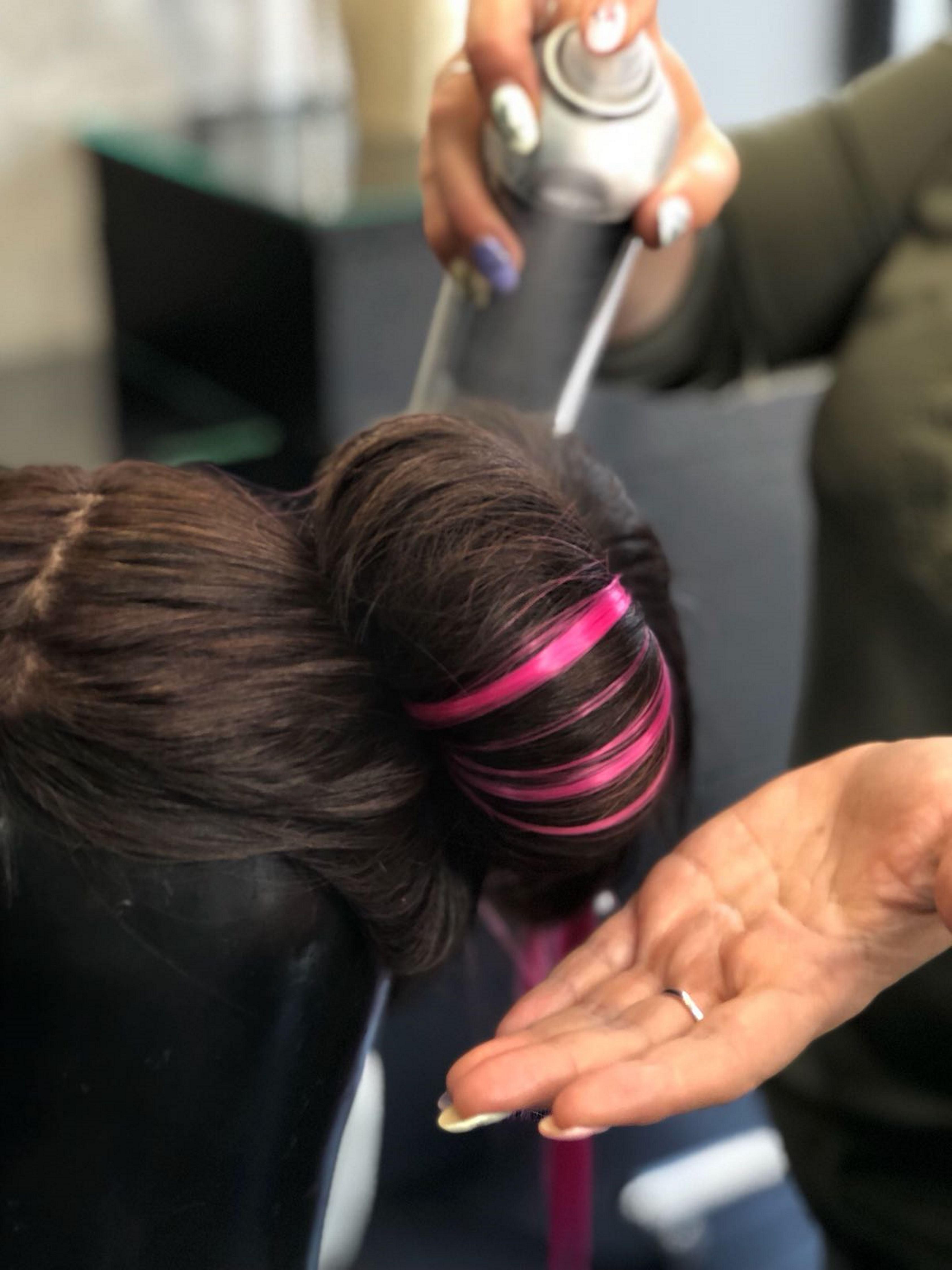 5. מקבעים את צורת השיער באמצעות ספריי קיבוע