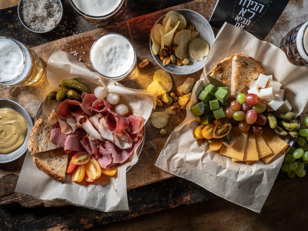 צלחת בשרים. צלחת גבינות - LAGER&ALE - קרדיט אנטולי מיכאלו