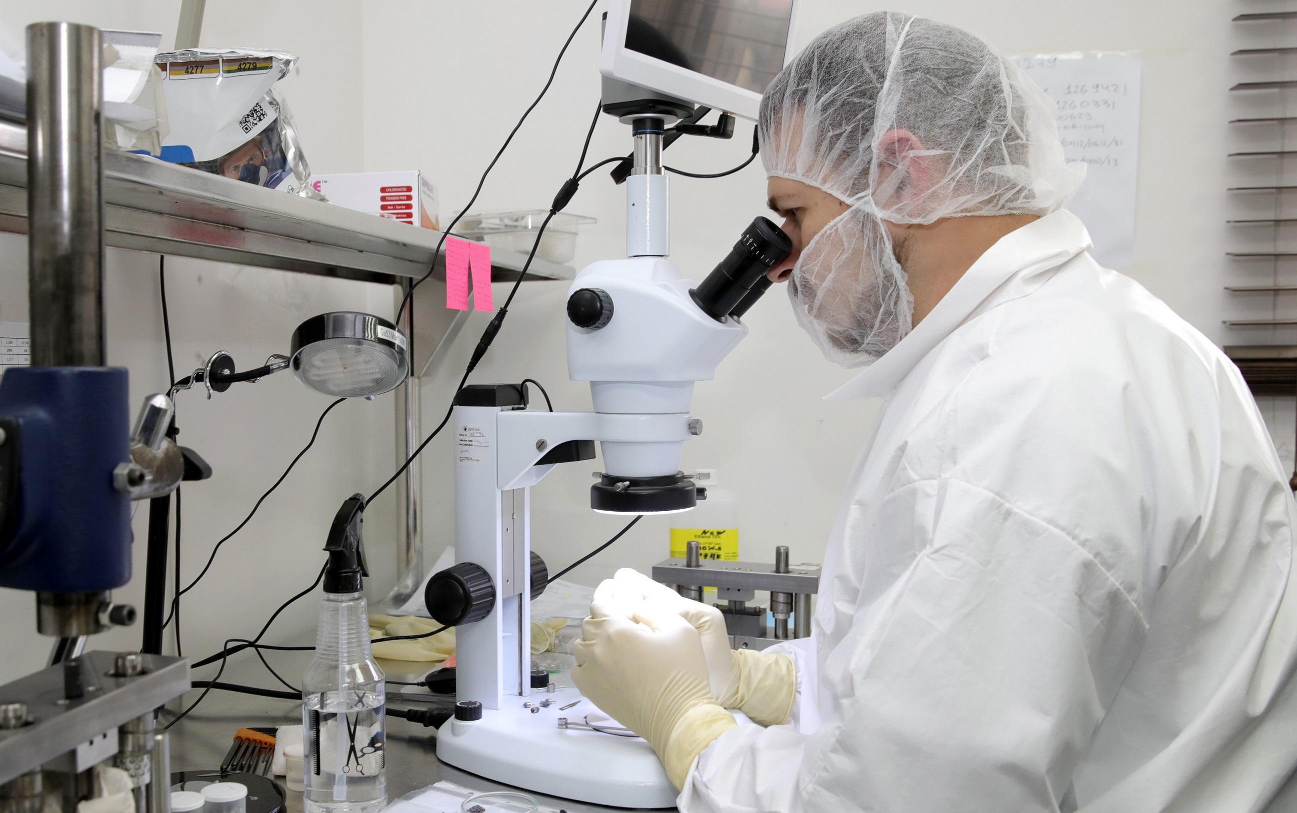 כמעט מדע בדיוני – תהליכי ייצור קפדניים של שתל אולטרה קצר (צילם: איציק בירן)