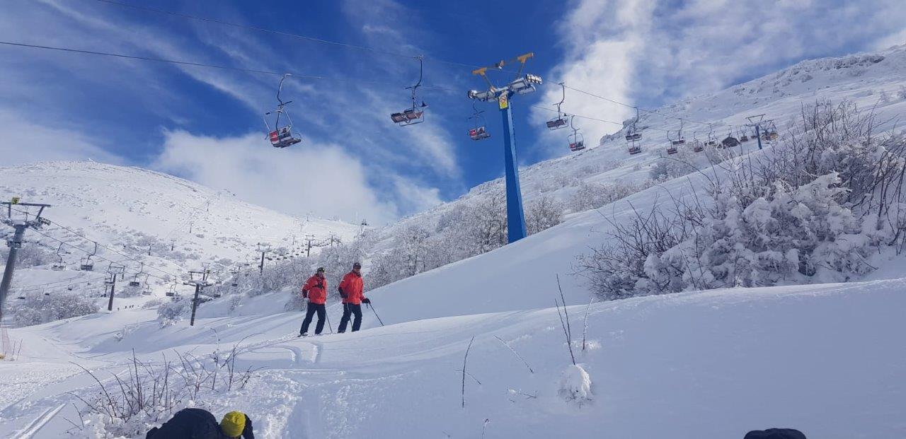 צוות הסקי פטרול בוחן את מסלולי הבחינה צ. אתר החרמון